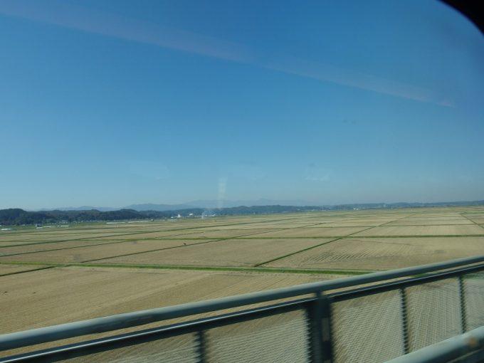 刈り終えた田んぼと秋晴れの空が広がる東北新幹線の車窓