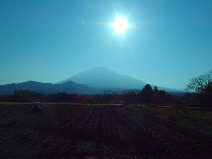 バス車窓に広がる南部片富士岩手山