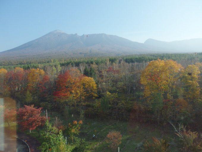 八幡平ロイヤルホテル客室からは燃える紅葉と南部片富士岩手山を一望のもとに