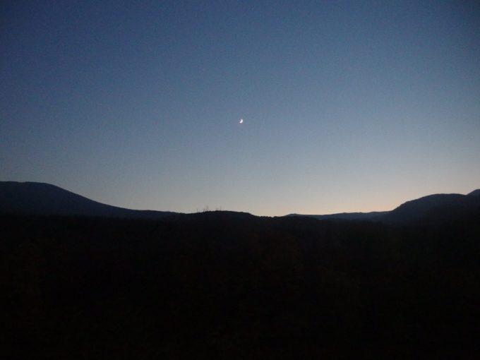 八幡平の夕暮れ黒い稜線と空のグラデーション