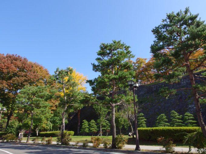 秋色に彩られる盛岡城跡岩手公園石垣