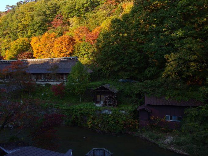 秋色に染まる大沢温泉湯治屋自炊部中舘からの眺め