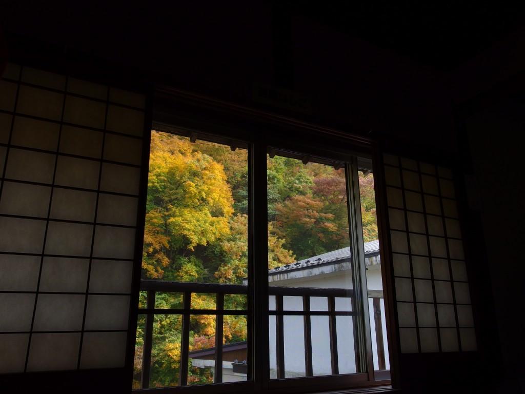 大沢温泉湯治屋自炊部窓を染める朝の紅葉