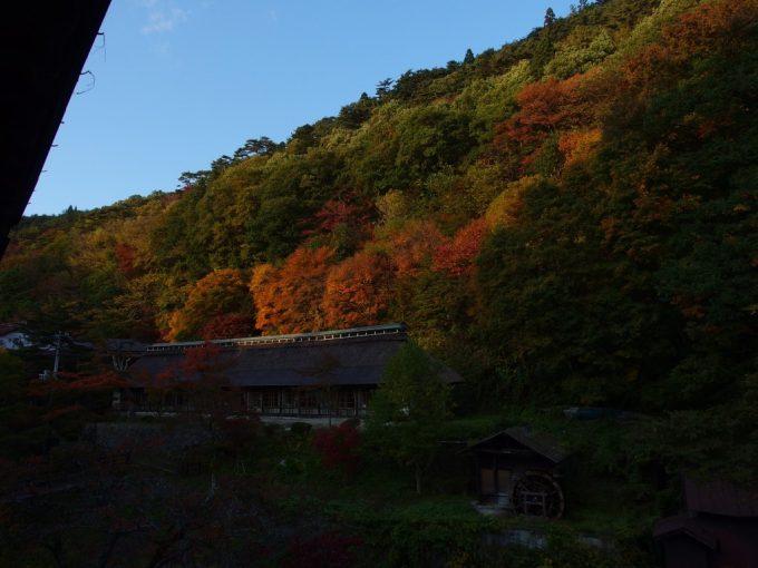 大沢温泉湯治屋自炊部紅葉彩る秋の午後