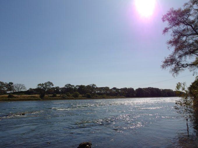 秋の日差しを受けてきらめく大河北上川