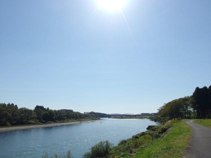 穏やかな秋の日に北上川を歩く