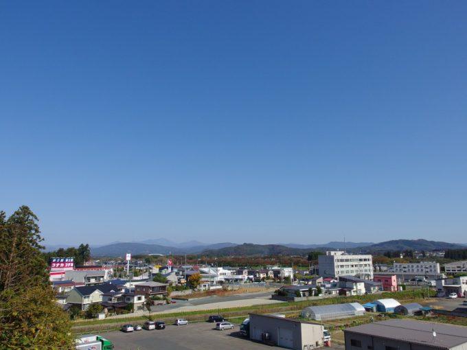 花巻城跡本丸跡鳥谷ヶ崎公園から眺める秋晴れの空と花巻の街遠くの山並み