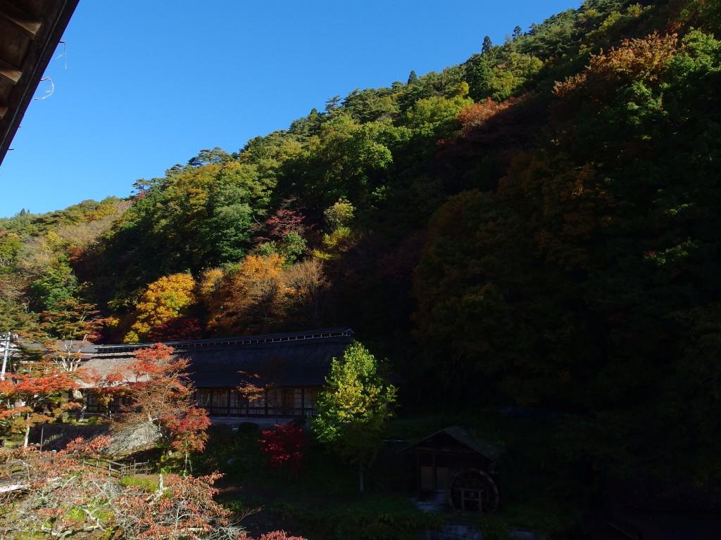 大沢温泉で迎える朝抜けるような秋晴れの青空