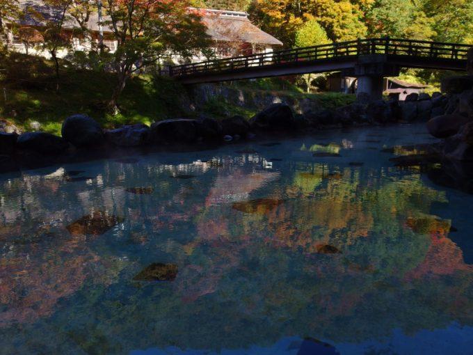 大沢温泉の象徴大沢の湯湯面に映る紅葉の山