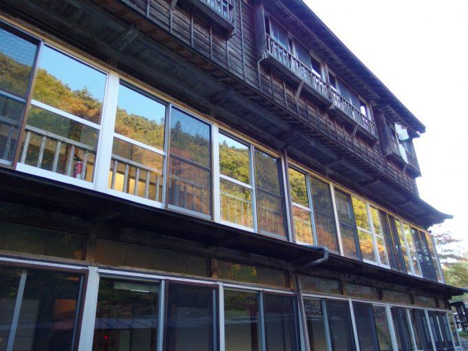 大沢温泉湯治屋自炊部の渋い建物窓に映る紅葉