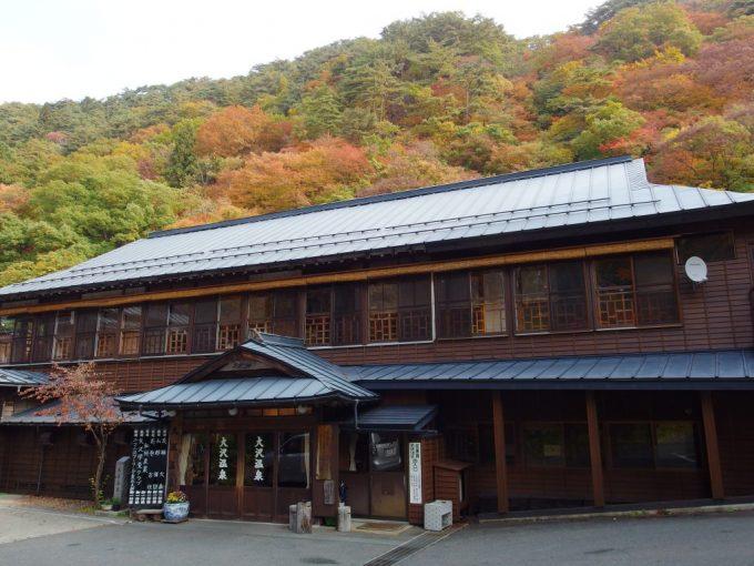 去り際にもう一度振り返る大沢温泉湯治屋自炊部江戸時代からの木造建築