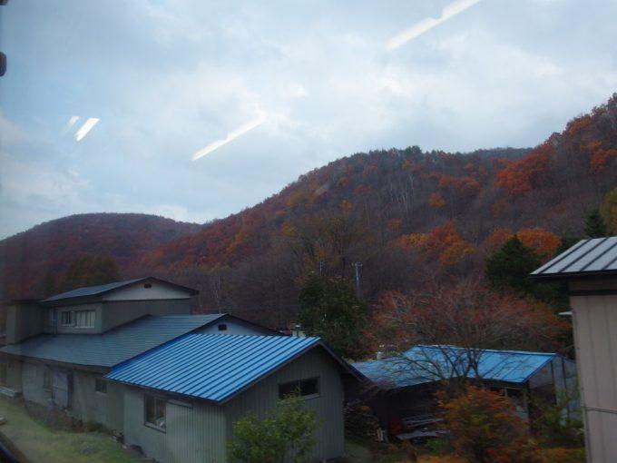 山田線快速リアス車窓を彩る秋の山