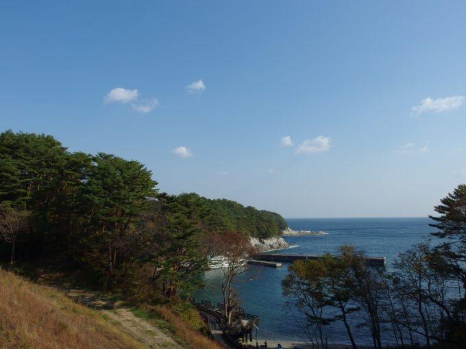 浄土ヶ浜ビジターセンターから眺める青い海と秋晴れの空