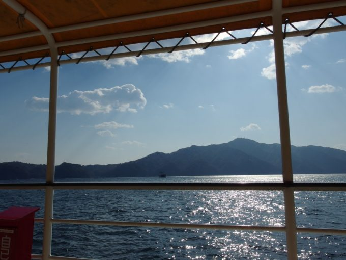 みやこ浄土ヶ浜遊覧船甲板から眺める輝く海