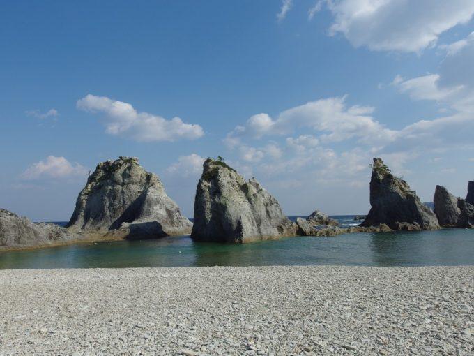 波や風雪の浸食をうけ独特の形になった浄土ヶ浜の岩