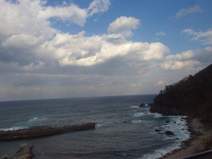 三陸鉄道北リアス線車窓に広がる青い海