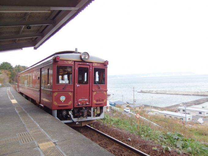 堀内駅を出発する三陸鉄道北リアス線レトロ調列車