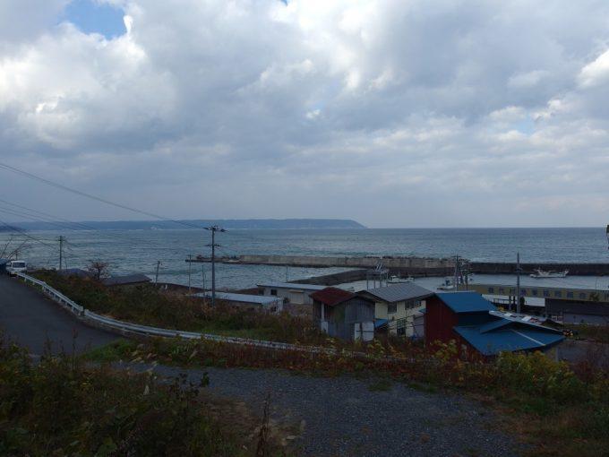 堀内の漁村から眺めるみさきの巨人が刻まれた岬