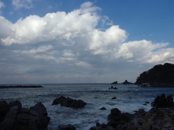 堀内荒磯の先に見える夫婦岩
