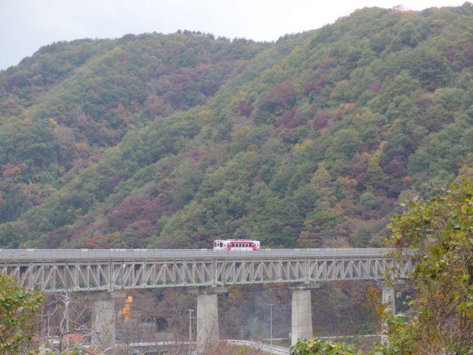 安家川橋梁上に一旦停車する三陸鉄道単行列車