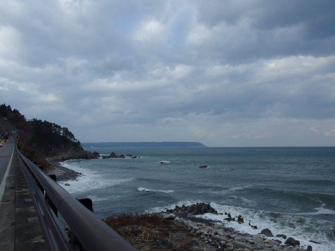国道の安家川橋梁上から眺める大海原