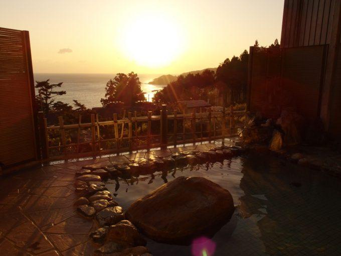 国民宿舎えぼし荘露天風呂と朝日に輝く黄金色の大海原