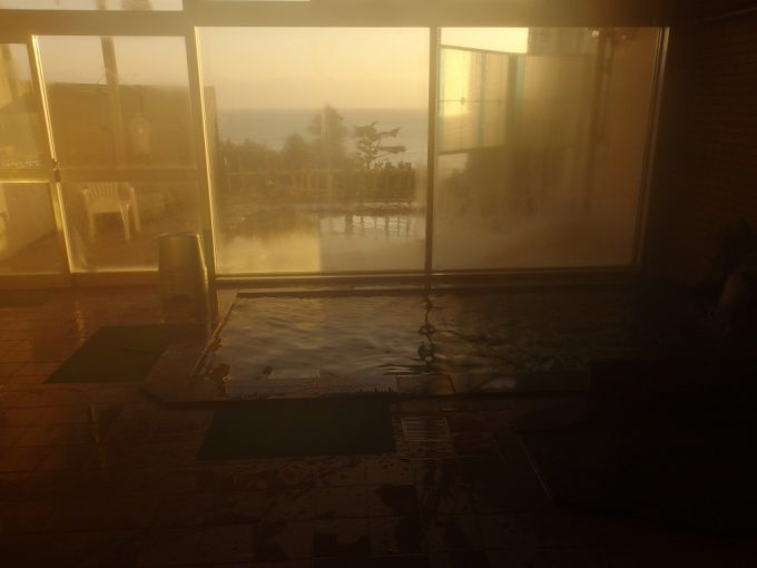 国民宿舎えぼし荘朝日に包まれた大浴場内湯