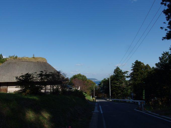国民宿舎えぼし荘南部曲り屋と秋の空青い海