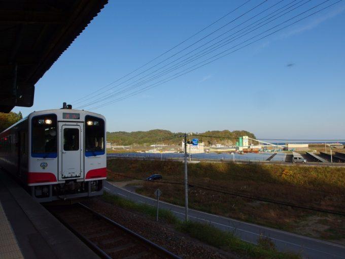 田老駅ホームから眺める三陸鉄道の車両と太陽光発電パネル