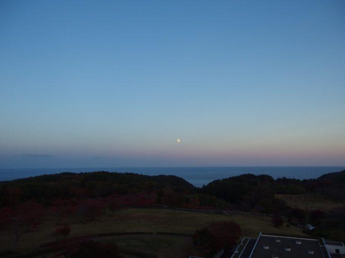 グリーンピア三陸みやこ客室から望む秋の夕暮れ海と空のグラデーション