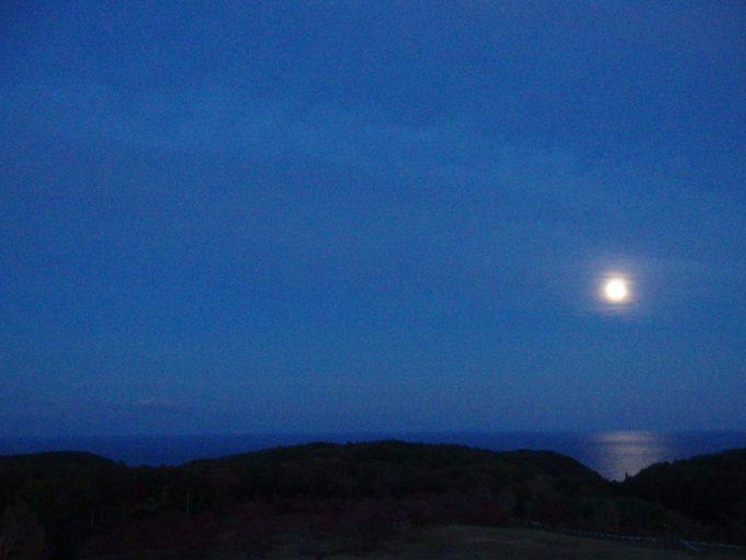 グリーンピア三陸みやこ客室から望む海を照らす月光