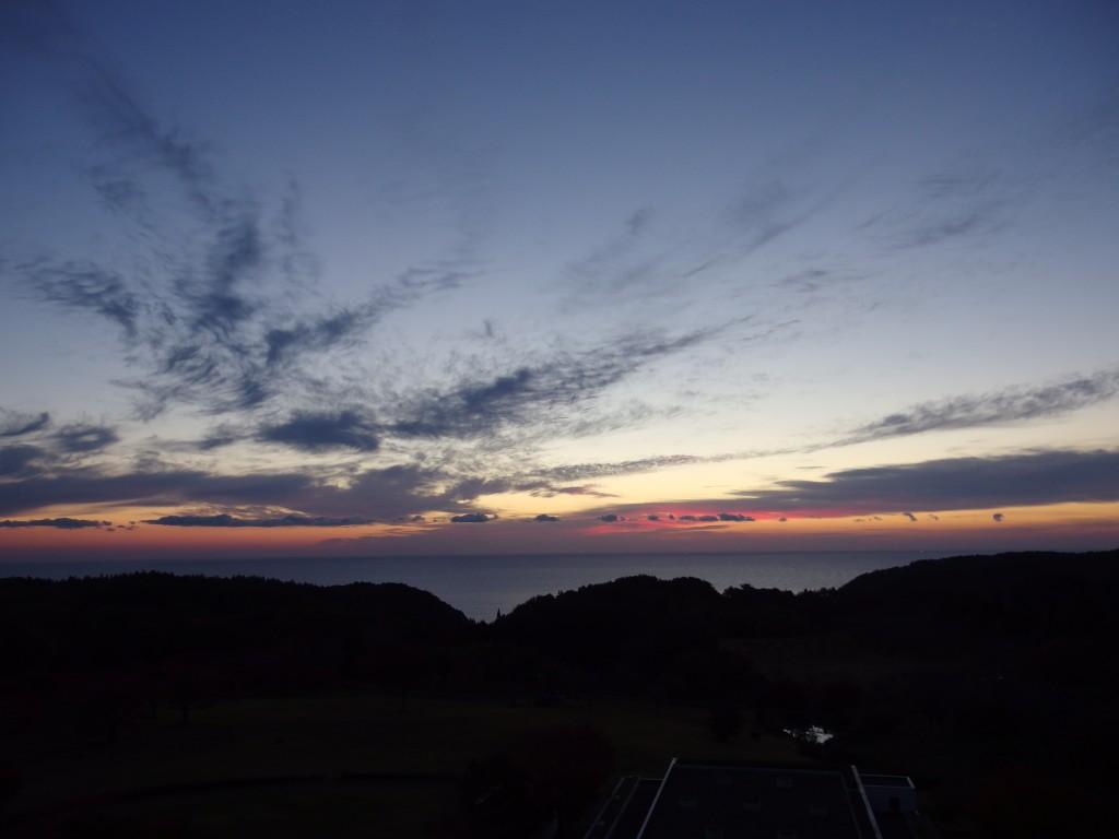 グリーンピア三陸みやこ客室から眺める朝焼けと海