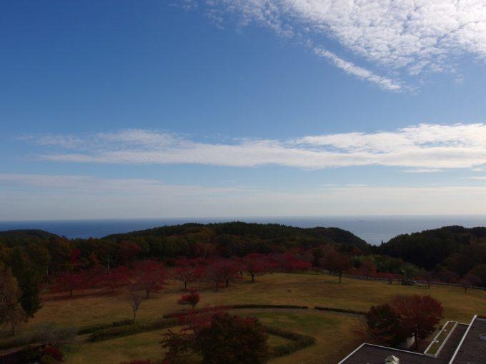 グリーンピア三陸みやこ客室から眺める秋晴れの空と大海原