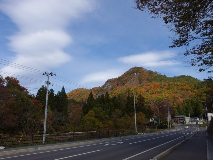 岩泉中学校付近から望む紅葉の山