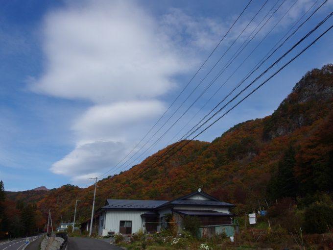 岩泉の紅葉に隠された石灰質の山