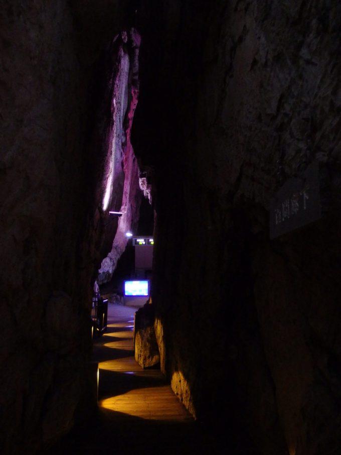 龍泉洞天の裂け目のような回廊
