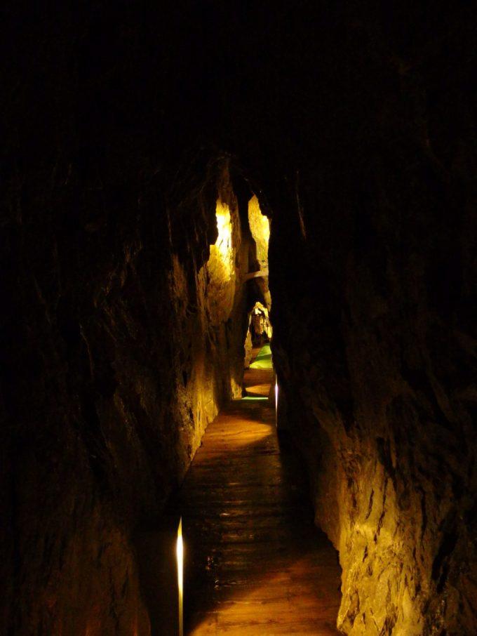 龍泉洞観光コースにしては狭い通路