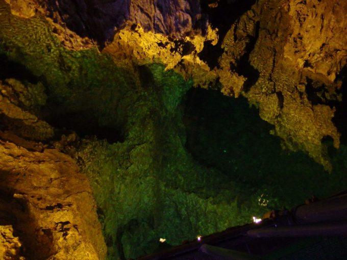 龍泉洞足元には底なしの地底湖が