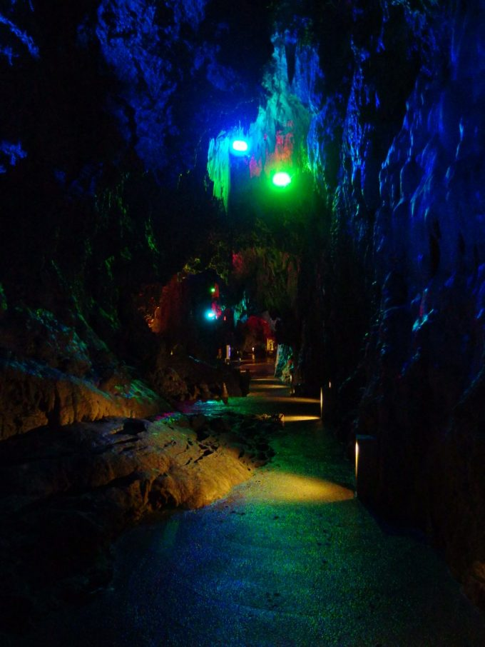 龍泉洞妖しくライトアップらされる月宮殿