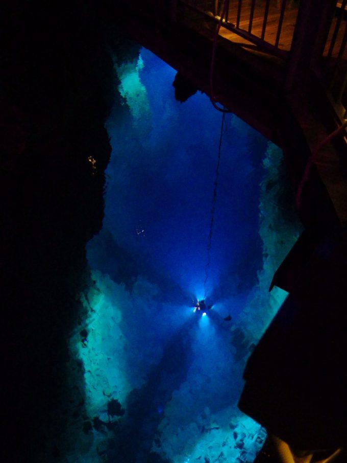 龍泉洞吸い込まれるような青さと深さの第一地底湖