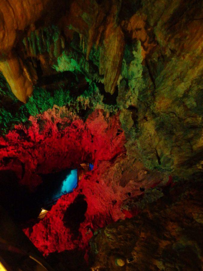 龍泉洞階段を上り展望台から地底湖を望む