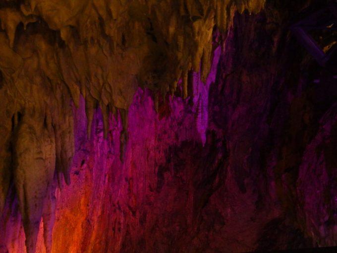 龍泉洞全体を覆う発達した鍾乳石