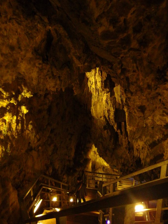 龍泉洞地底湖も深いが天井も高い