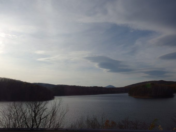 JRバス車窓湖の先には岩手山