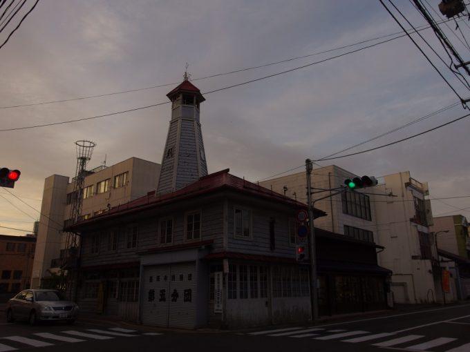 秋の夕暮れ盛岡の街夕陽に染まる古い火の見櫓