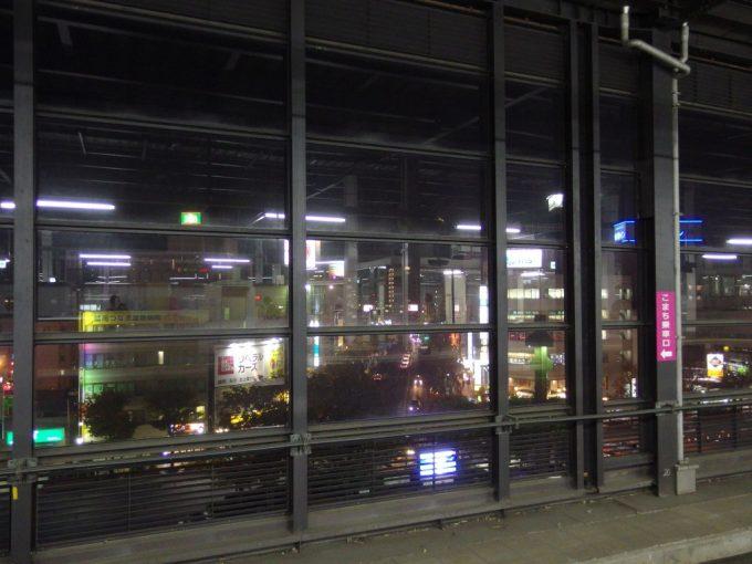 東北新幹線ホームから眺める夜の盛岡惜別の岩手