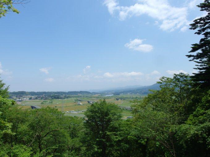 中尊寺参道月見坂途中から見下ろす初夏の平泉の町