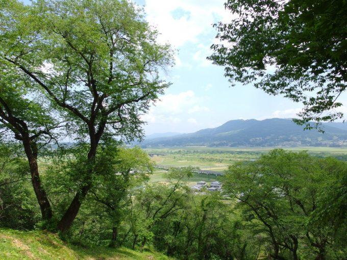 初夏のやわらかい緑の額縁に彩られる平泉の町と山並み