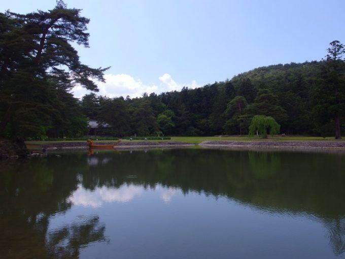 初夏の若い緑に彩られる毛越寺浄土式庭園大泉ヶ池