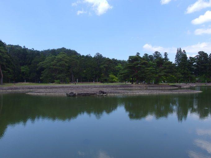 初夏の青空を映す毛越寺浄土式庭園大泉ヶ池